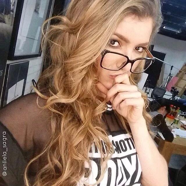 Stunningly Smart Girls in Glasses (30 Pics)