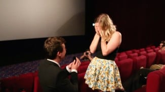 Man Proposes to Girlfriend in a Packed Cinema (Video)